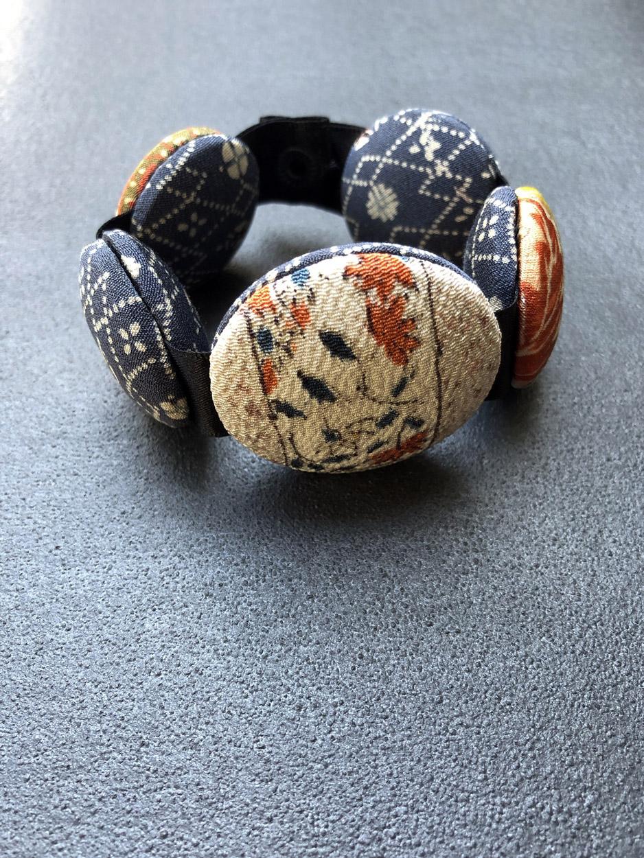 Bracelet-Hiroko-neige-kimono-soie-creation-recycle-fabric-jewel-Hangel