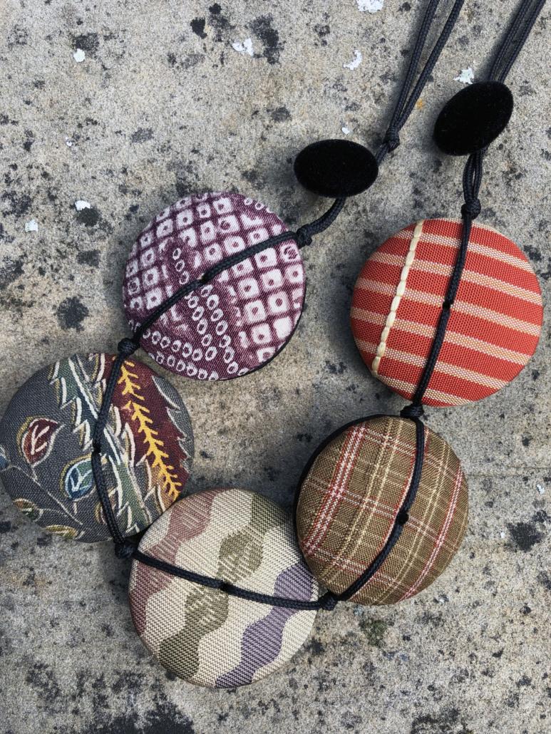 Collier-Hiroko-mandarine-bijou-tissu-mode-accessoire-carouge