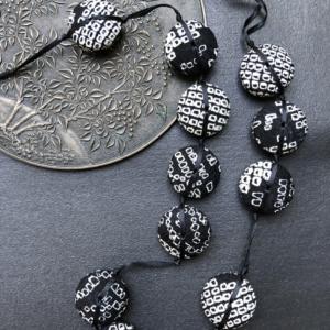 collier-hiroko-shibori-noir-soie-kimono-cadeaux-produit-local-galerie-h-hangel-carouge