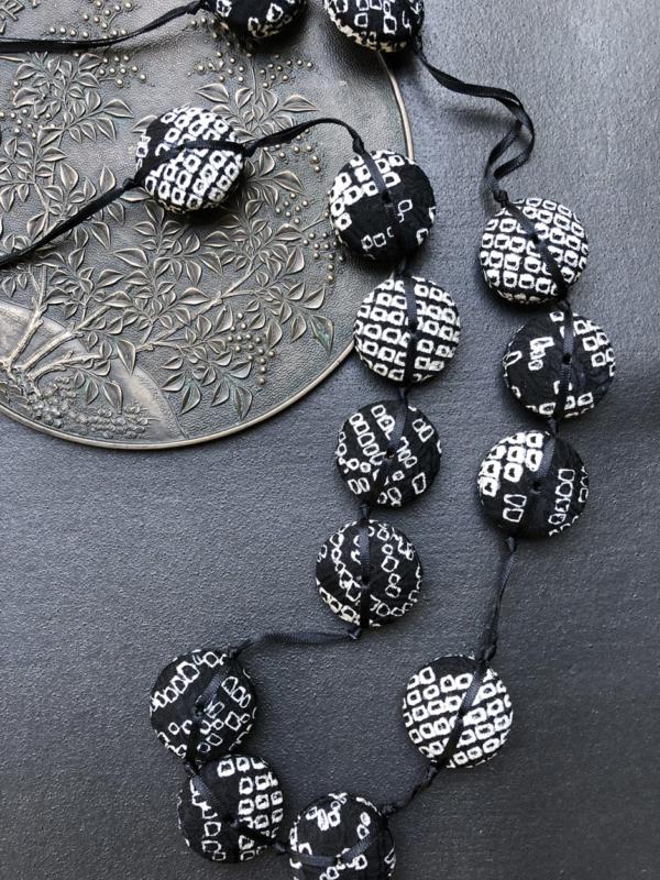 necklace-hiroko-shibori-black-silk-kimono-gifts-local-galerie-h-hangel-carouge
