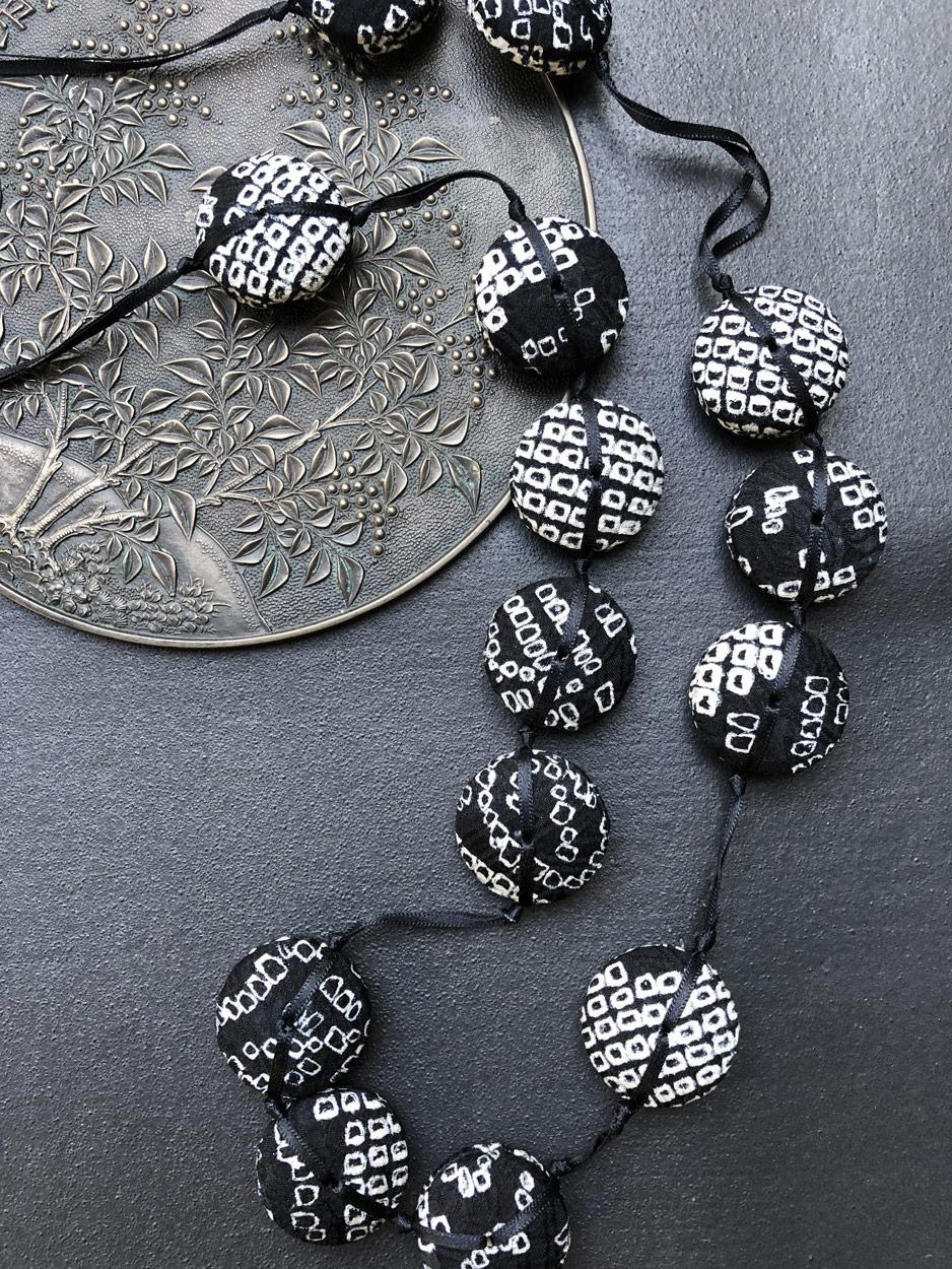 Collier-Hiroko-shibori-noir-soie-kimono-cadeaux-produit-local-galerie-h
