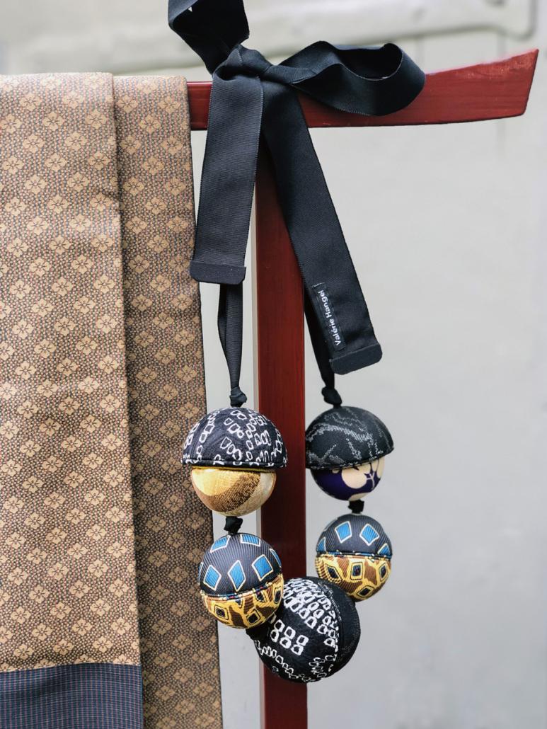 Collier-Saturne-twill-cravate-recycler-galerie-h-cadeau-artisanat-local