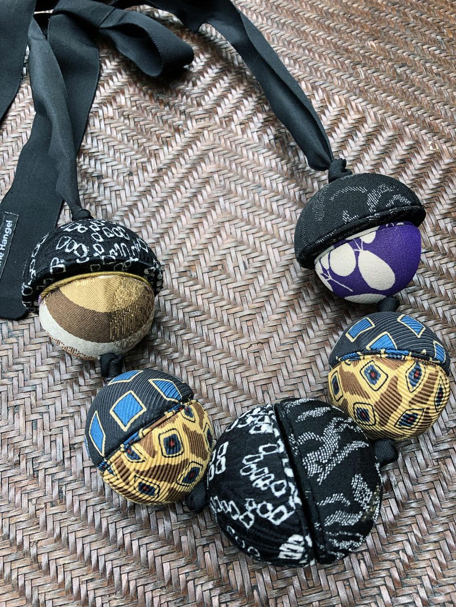 Collier-saturne-or-tissus-soie-galerie-bijoux-contemporain-geneve-fait-main