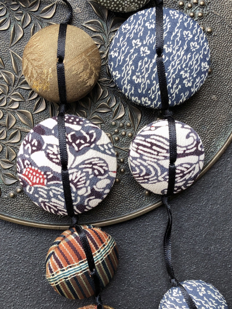 collier-Hiroko-indigo-kimono-ancien-coton-galerie-h-Hangel-artisanat-bijoutier