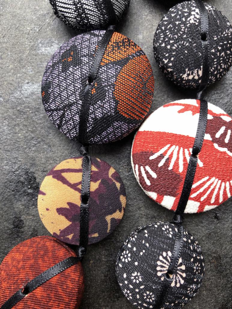 Collier-hiroko-dragon-accessoires-bijoux-textiles-fait-main-atelier-carouge-hangel