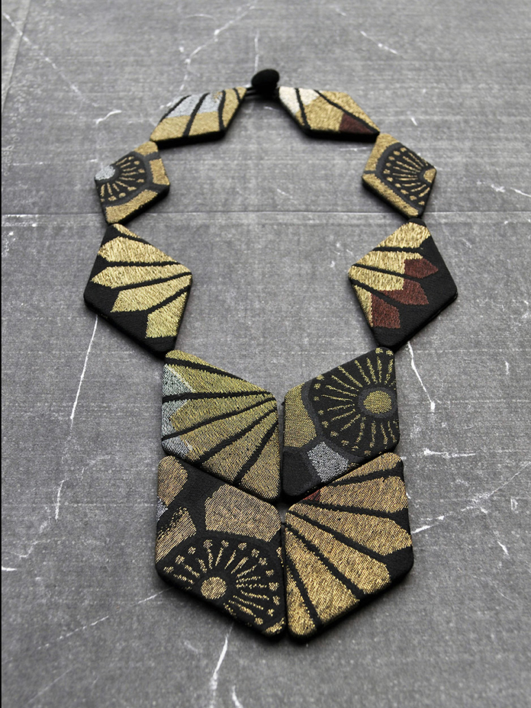 collier-scarabee-tissus-or-soie-kimono-Hangel-Galerie-art-Carouge