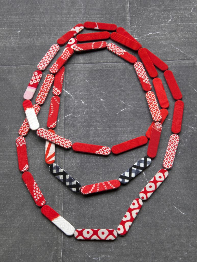 collier-rouge-kimonos-ancien-artisanat-Carouge-Galerie-h-Hangel-boutique