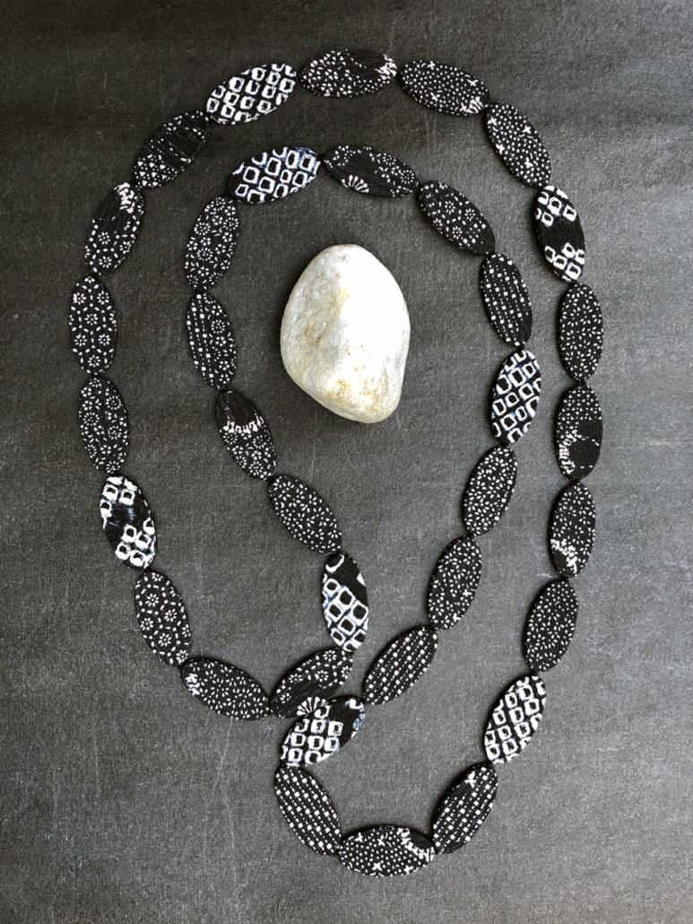 Collier-shibori-noir-blanc-kimono-soie-carouge-design-bijou-createur-contemporain-geneve