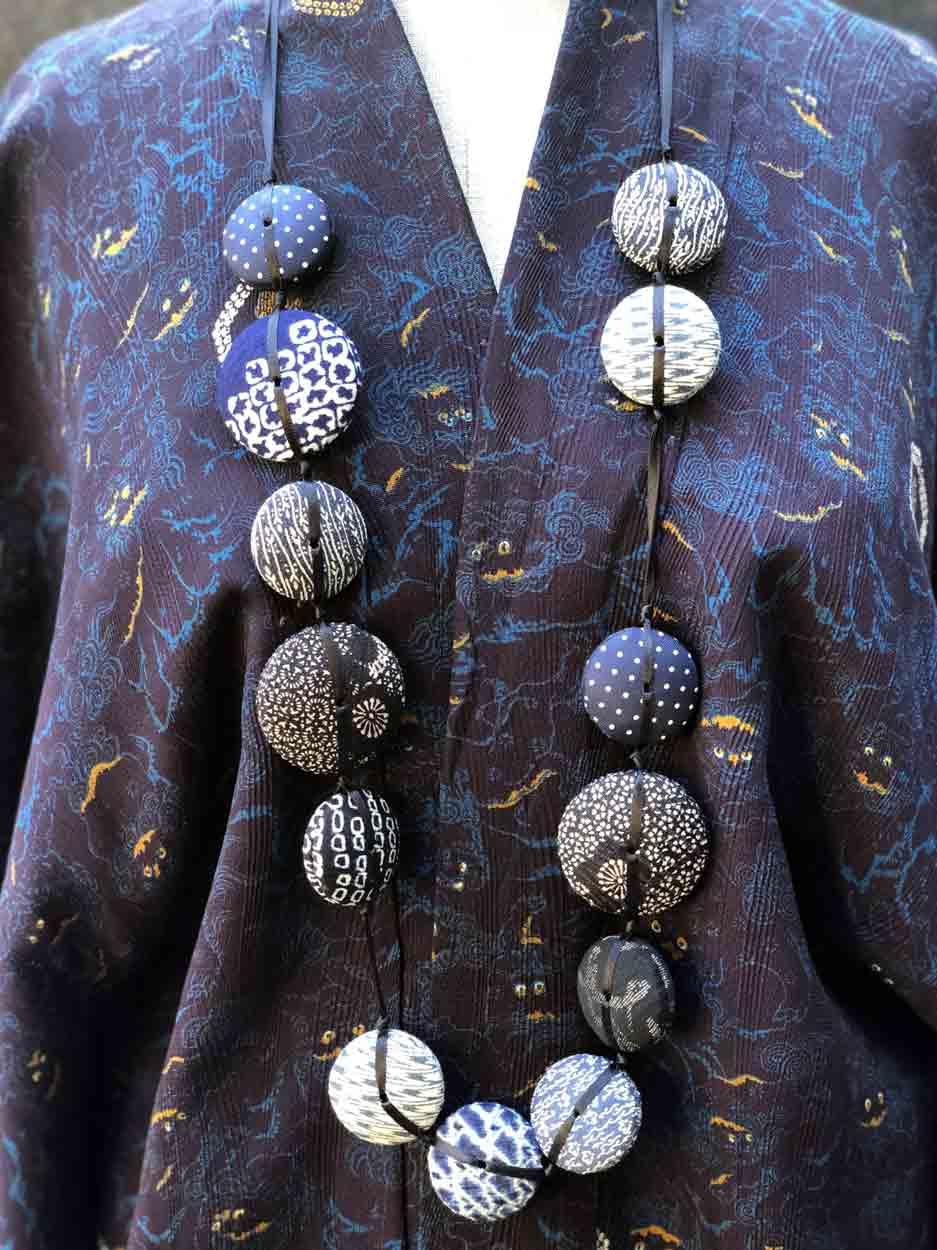 necklace-Hiroko-blue-silk-kimono-tie-jewelery-textile-maker-Hangel-Carouge-Galerie-h