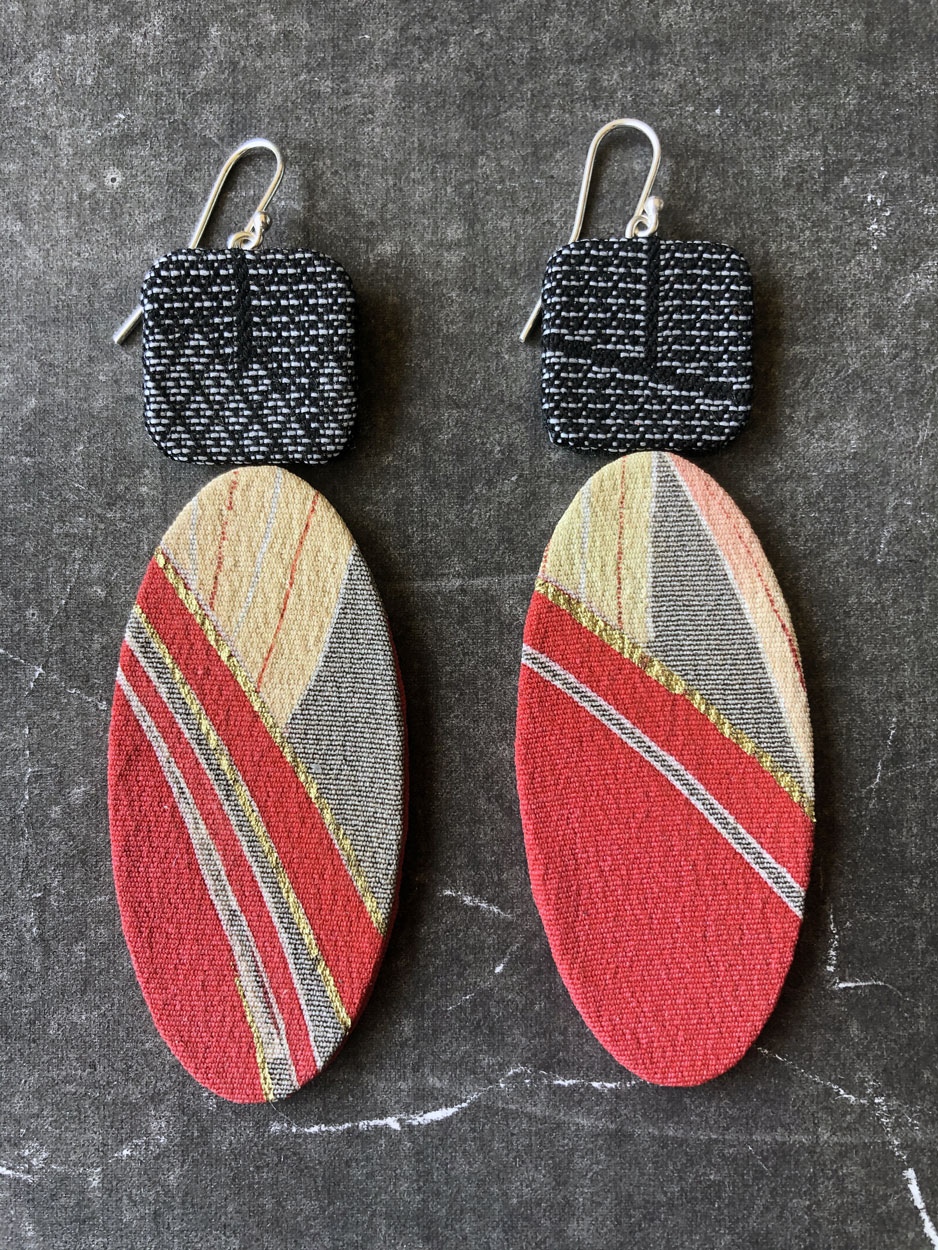 Boucles-oreilles-or-rouge-textile-atelier-de-creation-sur-mesure-Valerie-Hangel