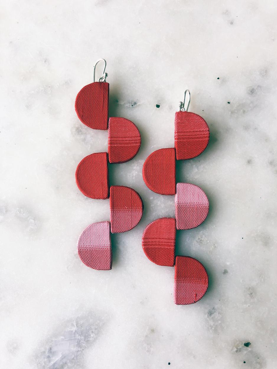 Boucles-oreilles-soie-kimono-rouge-piece-unique-bijoux-createur-Hangel-Galerie-h-Carouge-Geneve