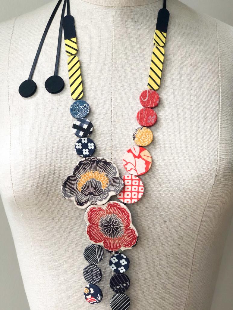 Collier-fleurs-bijoux-textile-sur-mesure-creation-textiles-valerie-Hangel-carouge-Geneve