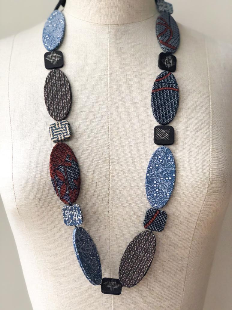 Collier-soie-kimonos-bijoux-cadeau-fait-en-suisse-a-la-main-atelier-creation-Galerie-h-Valerie-Hangel-Carouge