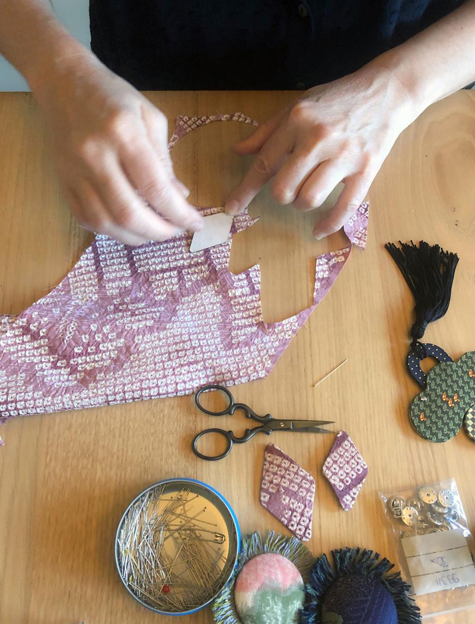 positionner-les-perles-predecoupees-au-laser-sur-la-soie-fait-mains-valerie-hangel-atelier-carouge