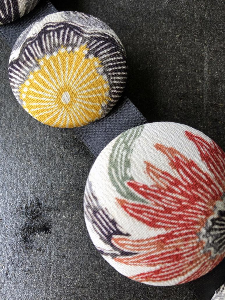 Bijoux-bracelet-fait-main-artisan-cadeaux-tissus-kimono-soie-fleurs-creation-Valerie-Hangel-Carouge