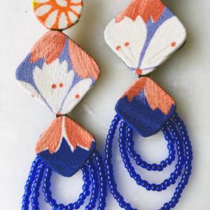 boucles-oreilles-fleur-de-lys-bijoux-createur-fait-main-soie-kimono-perles-mode-femme-contemporain-luxe-valerie-hangel-galerie-h-carouge