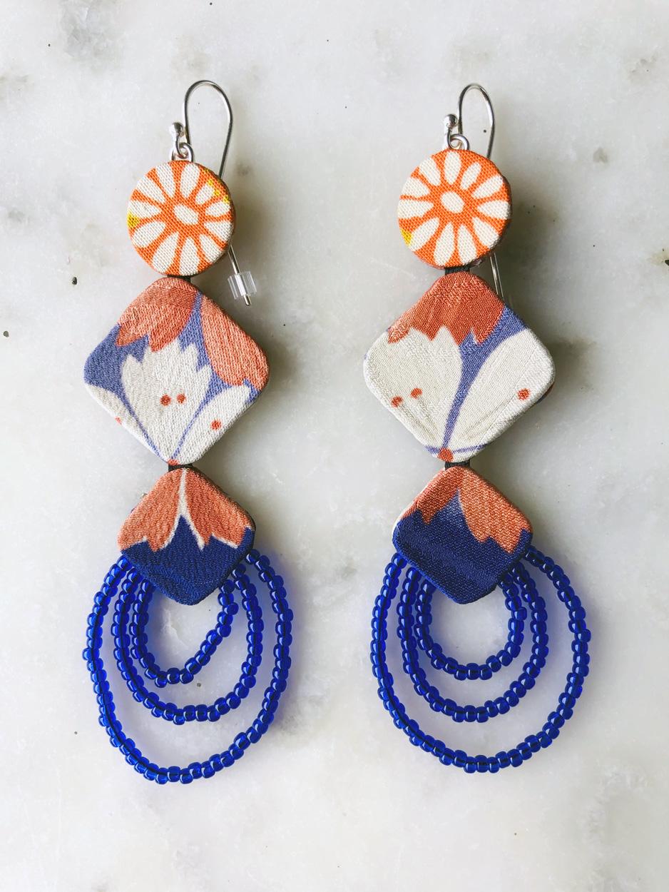 boucles-oreilles-fleur-de-lys-kimono-perles-de-verre-fait-main-accessoire-mode-femme-bijoux-contemporain-createur-hangel-carouge