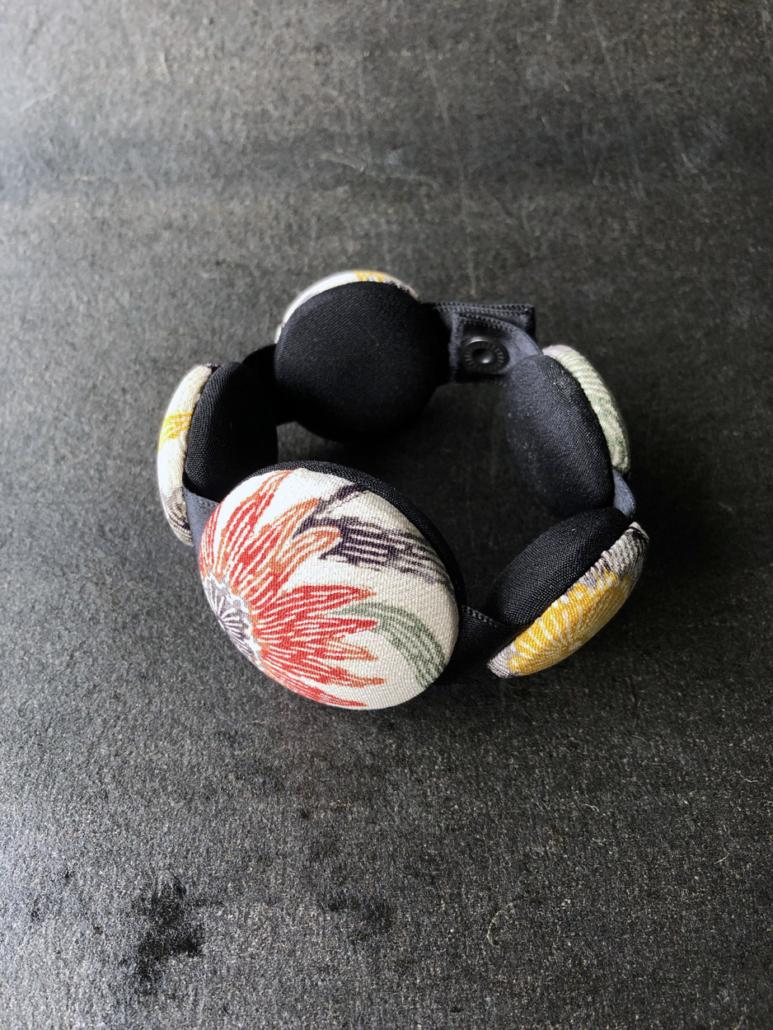 Bracelet-Hiroko-kimono-bijoux-fait-main-perles-bois-piece-unique-contemporain-Bijoutiere-textile-Valerie-Hangel-Carouge