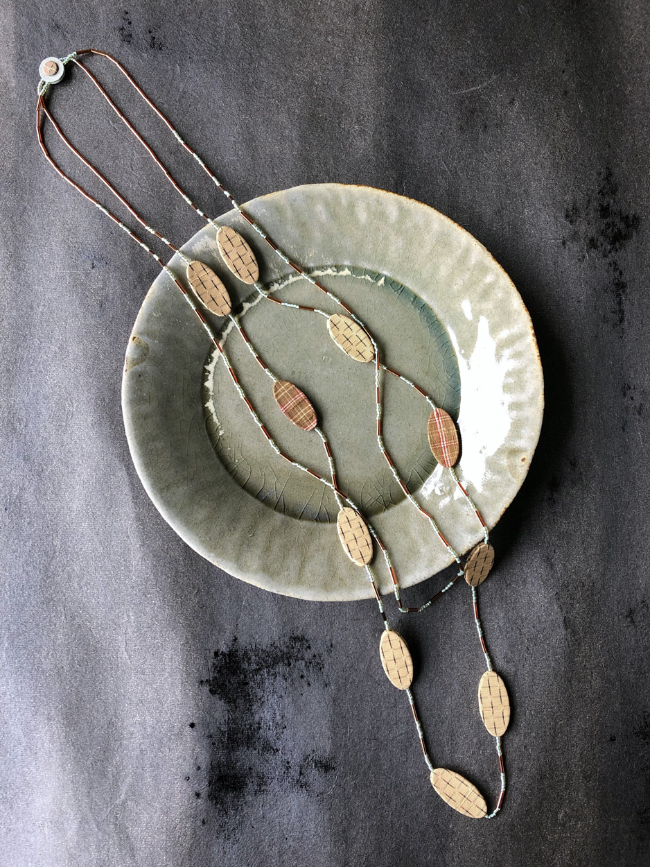 collier-en-perle-et-soie-bijoux-createur-perles-de-verre-précieux-mode-accessoire-femme-createur-valerie-hangel-galerie-h-carouge