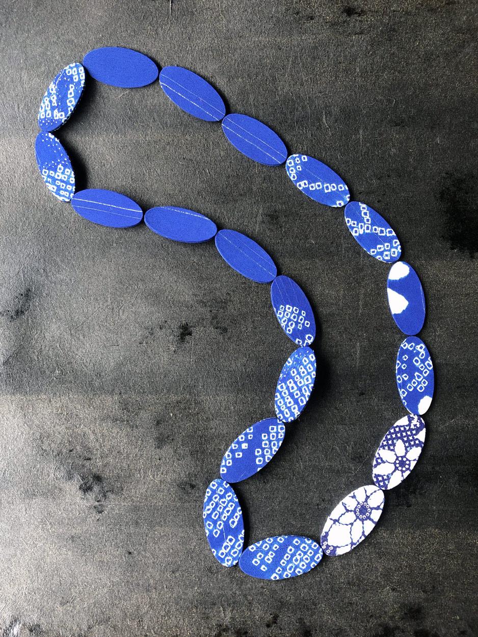 Collier-kimono-shibori-argent-bleu-piece-unique-accessoire-mode-bijoux-fait-main-Valérie-Hangel-Carouge-Geneve