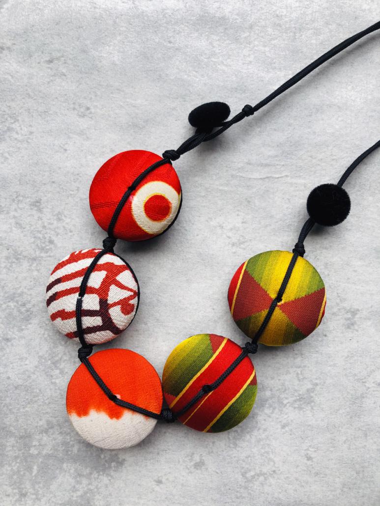 petit-collier-en-soie-collection-hiroko-bijou-fait-main-atelier-carouge-galerie-h