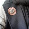 broche-nuit-en-soie-brodee-frange-marabout-bijoux-contemporains-kimono-luxe-accessoire-mode-artisan-art-fait-main-valerie-hangel-bijoutiere-carouge