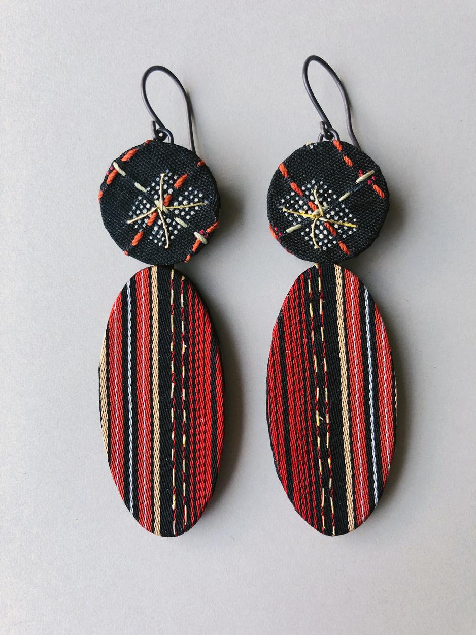 Boucles-oreilles-soie-kimono-broderie-fait-main-artisanat-contemporain-Hangel-Carouge-Geneve