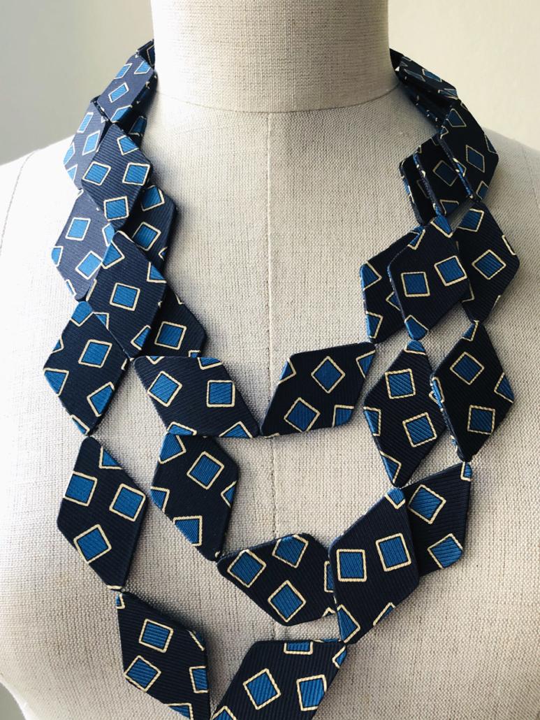 collier-carrés-bleus-soie-cravate-fait-main-bijou-accessoire-femme-mode-galerie-h-carouge