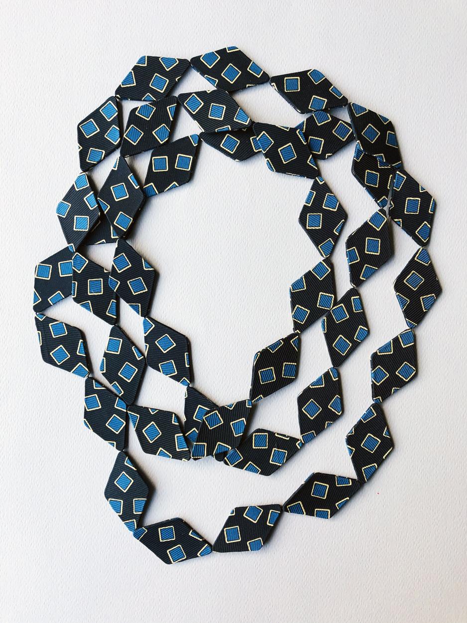 collier-soie-cravate-carre-bleu-fait-main-creation-mode-femme-artisan-createur-valerie-hangel-galerie-h-carouge