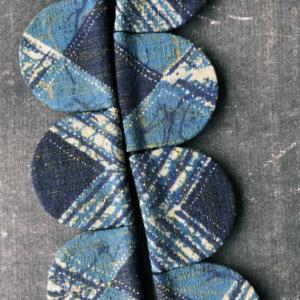 collier-petales-soie-bleue-bijoux-contemporains-galerie-h-art-geneve