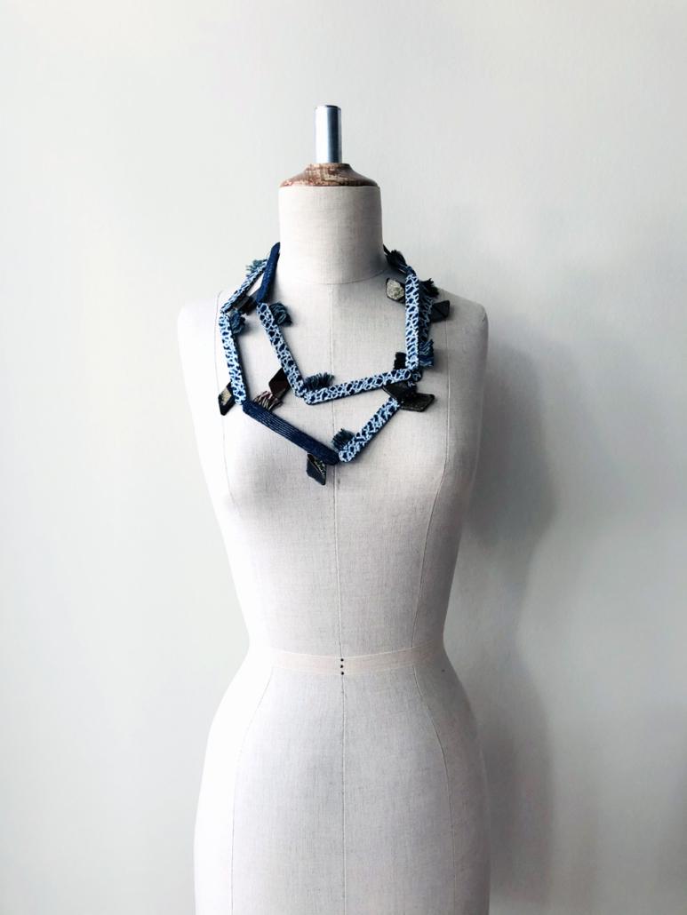 talisamn-long-collier-soie-bijou-auteur-bijoux-contemporains-kimono-japon-fait-main-galerie-h-art-geneve