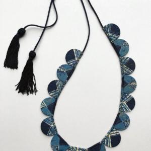 collier-petales-soie-bleue-textile-contemporain-fait-main-ethique-local-hangel-carouge