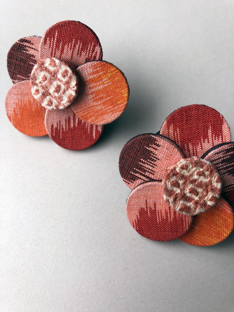 boucles-oreilles-fleurs-en-soie-bijoux-contemporains-carouge-geneve