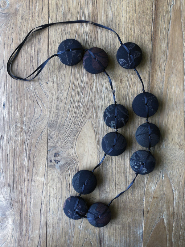 necklace-hiroko-silk-sequin-silver-embroidery-inlay-creation-valerie-hangel-geneve