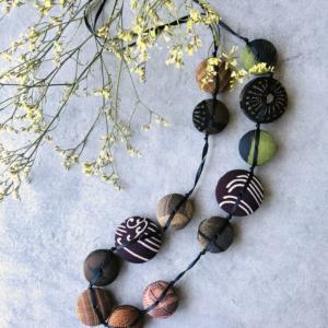 necklace-hiroko-silk-vintage-kimono-craftmen-jewelry-galerie-h-carouge