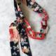 collier-sautoir-grue-rouge-soie-kimono-luxe-tissus-bijoux-fantaisie-contemporain-valerie-hangel-galerie-h-carouge-geneve