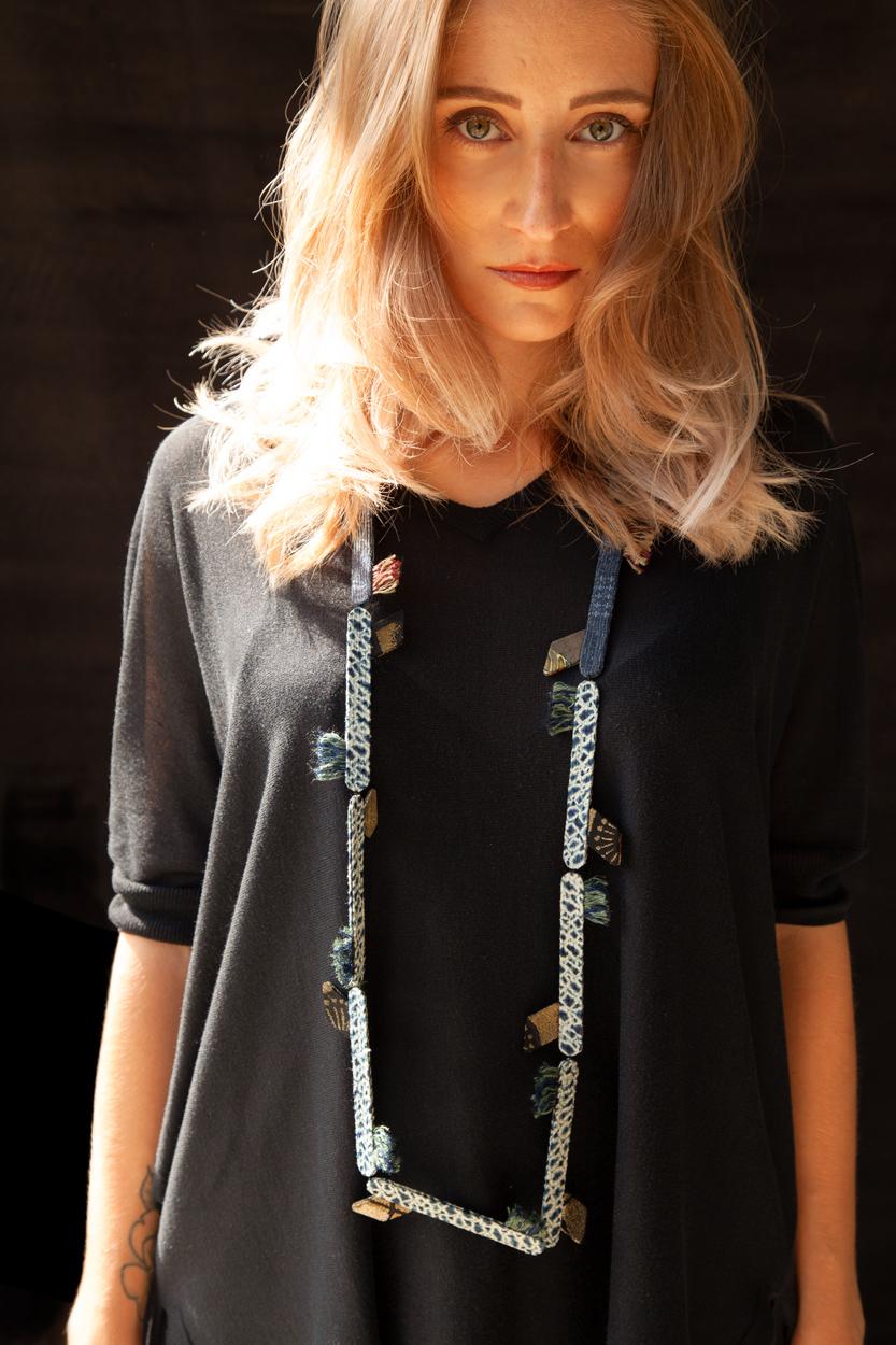 collier-talisman-soie-bleue-kimono-bijoux-femme-accessoire-galerie-h-valerie-hangel-carouge